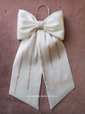 Fiocco bianco in pura seta con dettagli cipria