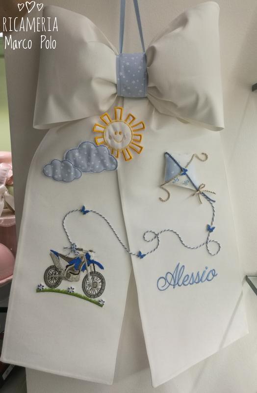 La moto e l'aquilone su un fiocco di nascita