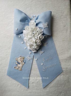 Orsetto e farfalle con rose lino azzurro