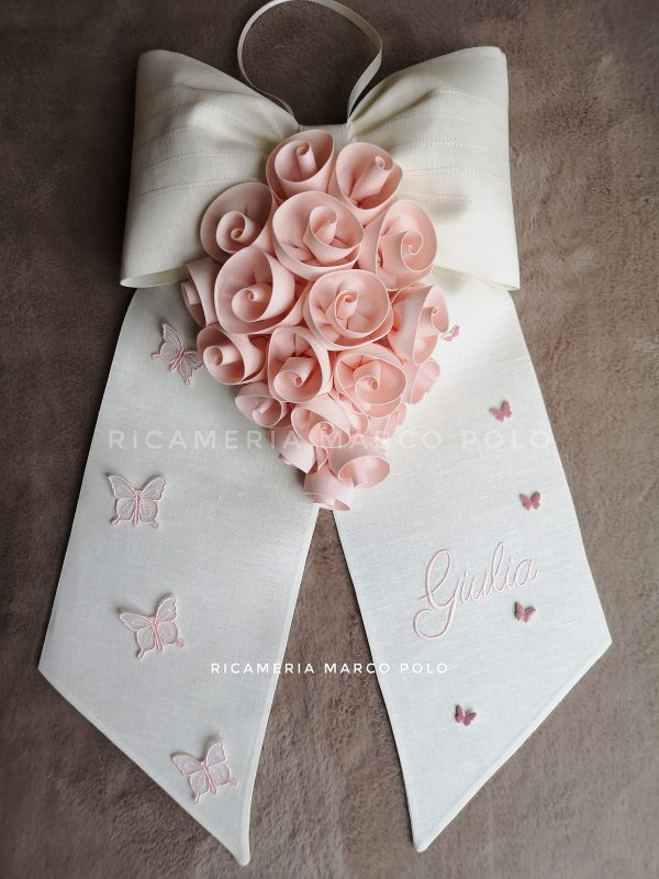 Cascata rose lino panna con rose cipria chiarissimo e farfalle tridimensionali