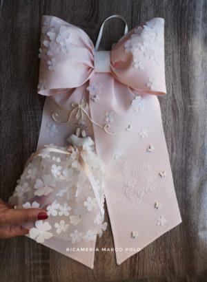 Fiocco con abitino lino rosa e cascata di petali sulla parte superiore