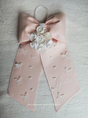 Fiocco seven rosa con rose bianche