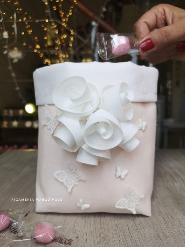Ghirlanda di rose bianche su lino rosa cipria