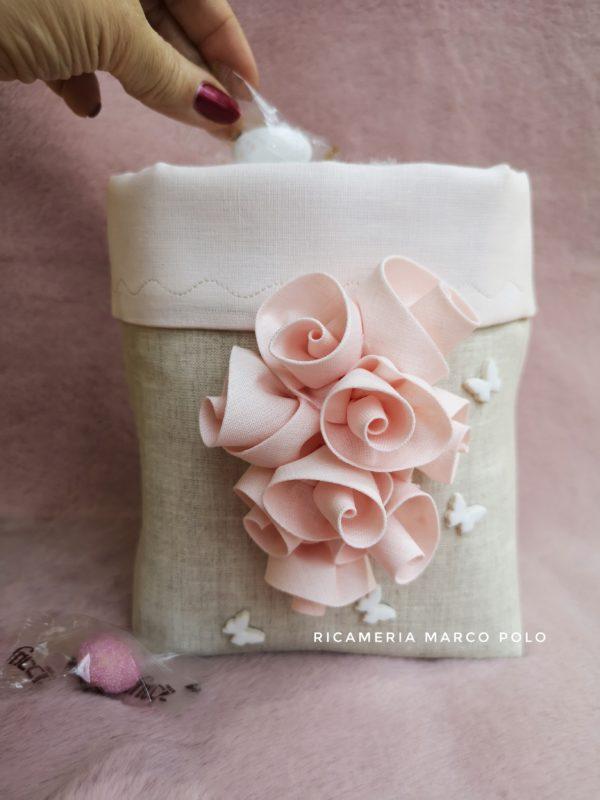 Ghirlanda di rose su lino tortora