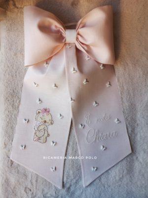 Orsetto che abbraccia coniglio e volo di farfalle, lino rosa