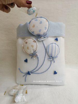 Palloncini in volo azzurri, su lino bianco