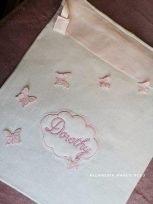 Volo di farfalle su lino panna