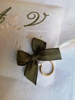 Portafedi quadrato in lino bianco e ricamo verde muschio