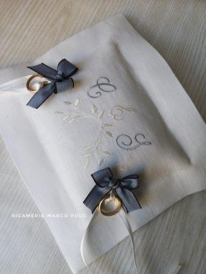 Portafedi rettangolare in lino bianco con ricamo azzurro e bianco