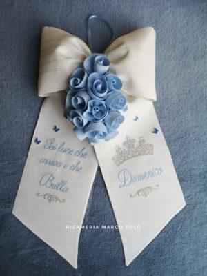 Principe con cascata di rose, base lino panna