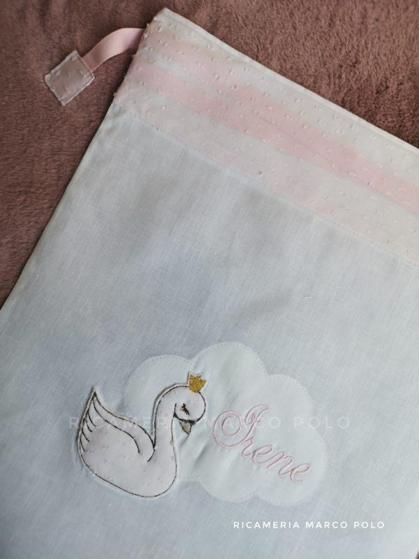 Cigno e nuvola su lino bianco