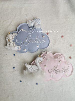 Coppia di nuvolette elefantino azzurro e cigno rosa confetto chiaro ricamo tortora