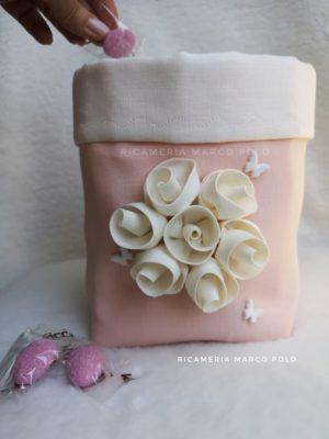 Ghirlanda di rose panna, su lino cipria scuro