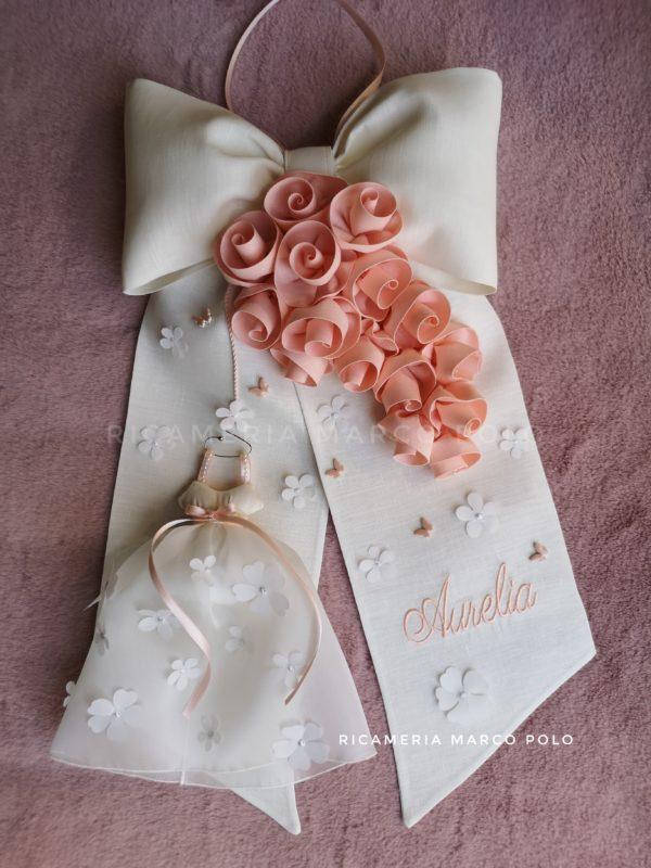 Abitino e cascata di rose lino panna