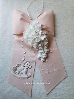 Cavalluccio e ghirlanda di rose bianche, su lino cipria