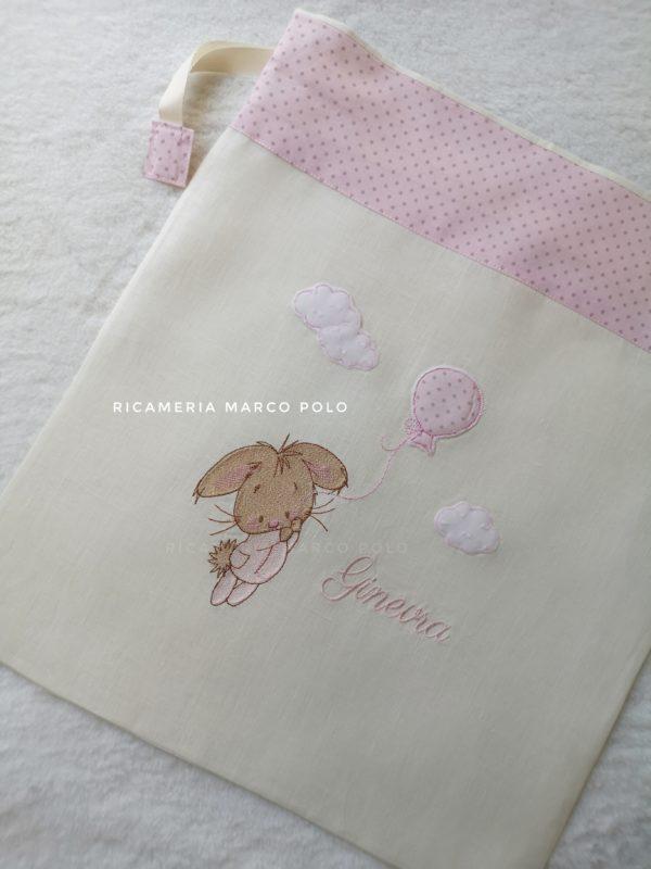 Coniglietto e palloncino rosa, su lino panna