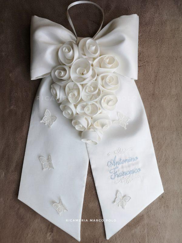 Cascata di rose bianche su fiocco in pura seta bianca