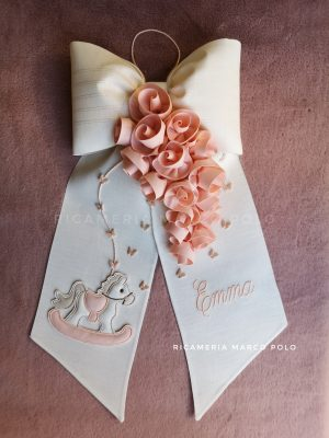 Cavalluccio e ghirlanda di rose cipria scuro, su lino panna