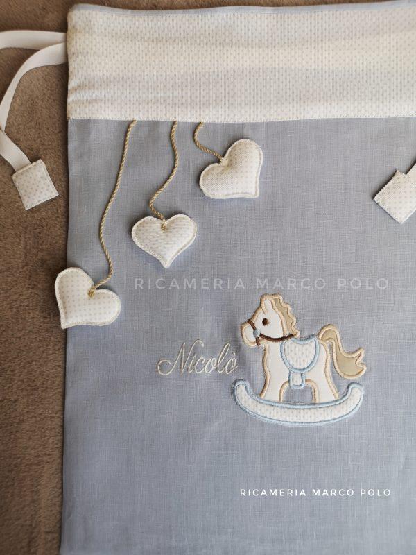 Cavalluccio bianco su lino azzurro e cuori