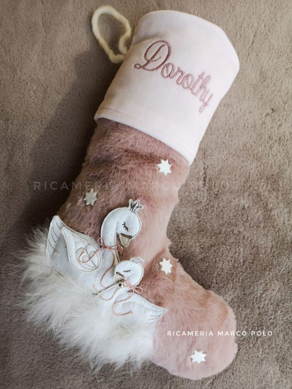 Cigni rosa, con dettagli bianchi e corona argento.