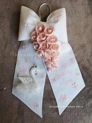 Cigno con cascata di rose cipria su lino bianco