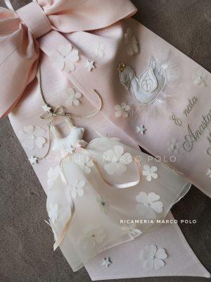 Cigno e abitino, su lino rosa cipria_