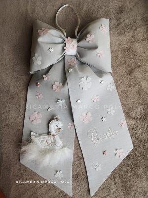 Cigno su lino grigio perla, e dettagli bianchi e rosa