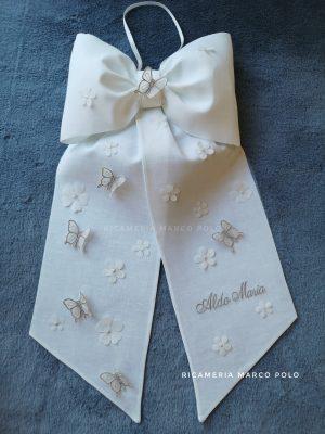 Fiocco semplice bianco, con fiori e farfalle grigie.