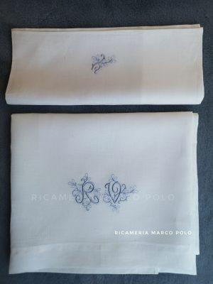 Lenzuolino culla lino bianco con iniziali azzurro polvere
