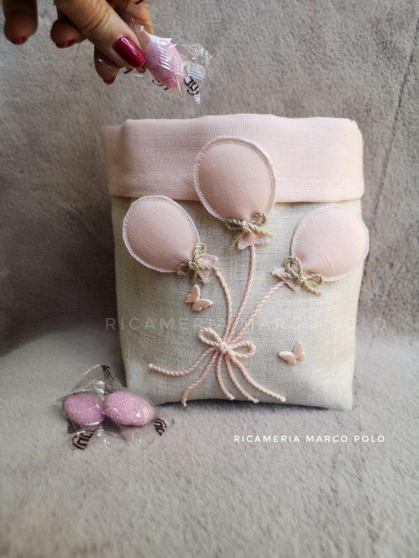 Palloncini in volo rosa, su lino tortora