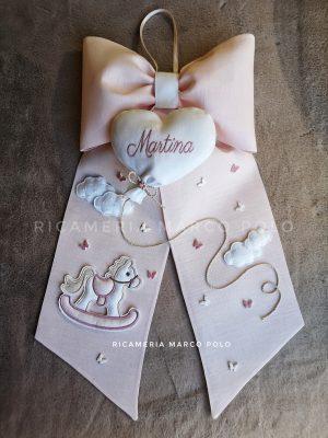 Cavalluccio con cuore palloncino su lino rosa cipria