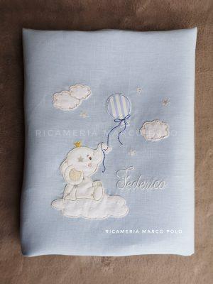 Copertina sacco piumone, elefantino su nuvola lino azzurro. Misura culletta.