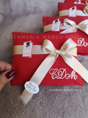 Bustina modello MA01 lino rosso, fiocco e iniziali a destra