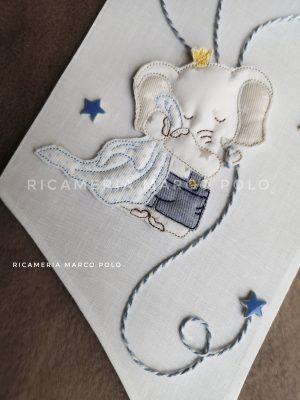 Elefantino con copertina e tre palloncini, su lino bianco_2