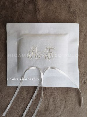 Portafedi in lino bianco e ricamo iniziali arabesche in bianco